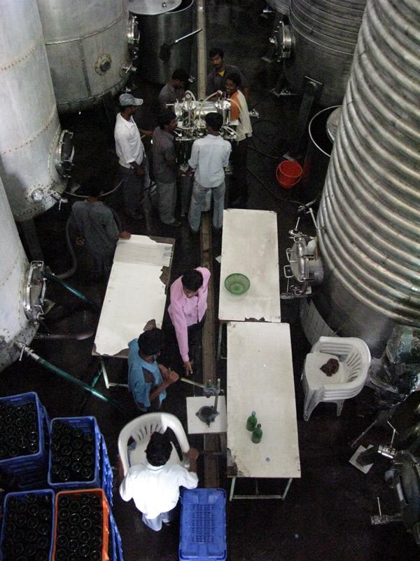 インドで見た、人海戦術のボトリング作業