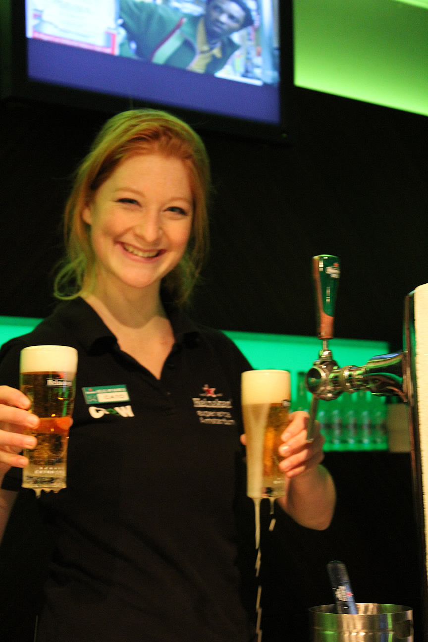 クリスマス・カラーのビールを楽しむ、オランダの博物館